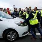 Na França, manifestantes bloqueiam estradas contra impostos