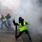 Polícia entra em conflito com 'coletes amarelos' em Paris