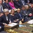 Sem votos para aprovar Brexit, Theresa May adia votação