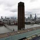 Menino atirado de galeria em Londres está em estado grave