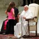 Menina invade palco e interrompe discurso do papa Francisco
