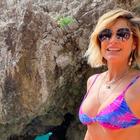 Tie-dye: Estampa manchada dos anos 70 conquista moda praia