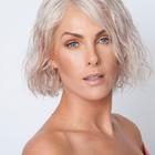 "Ana Hickmann aposta em tonalismo neon e peruca para ""Hair"""