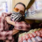 Oncinha, xadrez: Carolina Ferraz aposta em inverno estampado