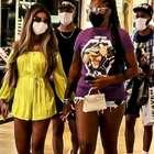 Ludmilla passeia em shopping no Rio com a esposa e atrai fãs
