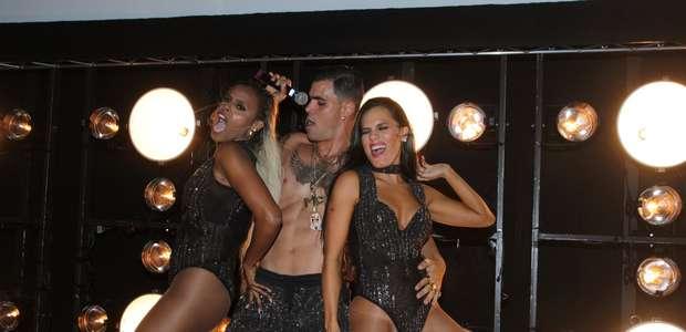 Juliano Cazarré vira sensação na festa de 'A Regra do Jogo'