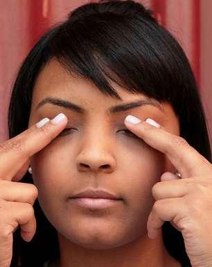 Aprenda massagem para amenizar olheiras em dez minutos
