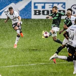Palmeiras abre dois gols, mas Corinthians arranca o empate