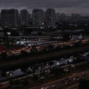 Com escuridão atípica, dia vira noite em São Paulo