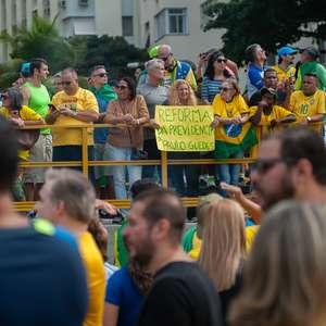 No Twitter, Bolsonaro posta vídeos de atos pró-governo
