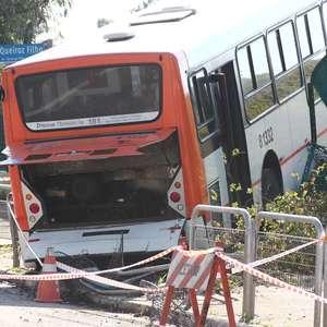 Motorista leva pedrada, e ônibus invade Parque Villa Lobos