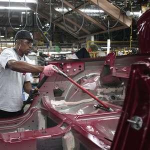 Produção de veículos no Brasil cai 42% em um ano