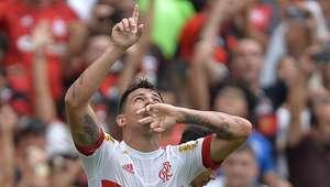 Flamengo vence Joinville e se mantém perto do G-4