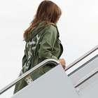 Melania usa jaqueta polêmica em meio à crise de imigrantes