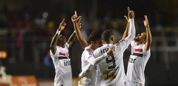 Com falha de Cássio, São Paulo vence Corinthians