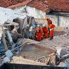 Bombeiros resgatam corpo de síndica em prédio que desabou