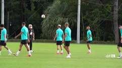 SELEÇÃO MASCULINA: Branco, Dani Alves e Antony tiram onda em altinha durante treino