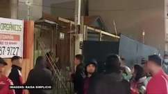 FLAMENGO: Torcedores com uniforme do clube são hostilizados próximo a Arena da Baixada antes do duelo contra o Athletico-PR