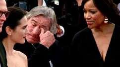 Robert De Niro chora no tapete vermelho em Cannes