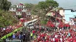 Caixão com corpo de Hugo Chávez percorre Caracas