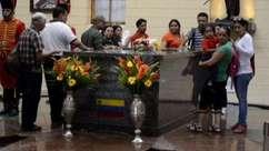 Milhares de seguidores permanecem velando corpo de Chávez