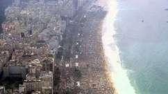 Imagens aéreas mostram multidão em praia no último dia do Papa no país
