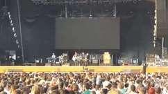 Público canta com o Travis durante Planeta Terra
