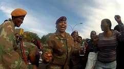 Sul-africanos cantam e dançam na passagem do corpo de Mandela