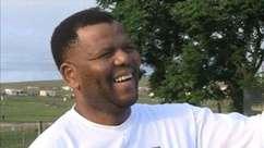 Homem que se diz sósia de Mandela chama atenção nas ruas