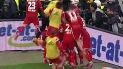 Chileno salva na linha e marca gol salvador do Hamburgo