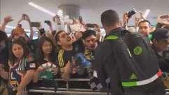 Giovani dos Santos chega ao LA Galaxy e leva fãs à aeroporto