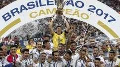 Jogadores do Corinthians levantam a taça de campeão brasileiro 2017