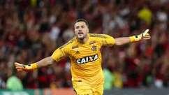 Julio Cesar faz boas defesas em despedida pelo Flamengo