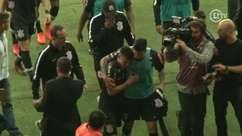 Mantuan deixa o campo chorando após falha contra o Inter e é consolado