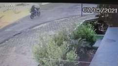 VÍDEO: Câmera flagra batida entre carro e moto no Coqueiral