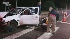 Motorista fica ferido ao bater em carro parado no semáforo