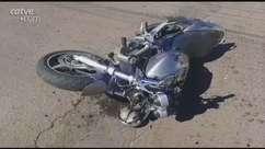 Forte batida entre moto e carro deixa jovem ferido