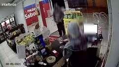 Câmera flagra funcionária de panificadora sendo rendida por assaltante