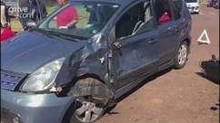 Dois jovens ficam feridos em acidente entre carro e moto em Cascavel