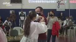 Pessoas com 57 anos recebem primeira dose da vacina contra Covid-19 em Toledo