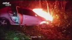 Em perseguição, carro carregado com cigarros bate em árvore e pega fogo