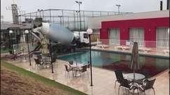 Inusitado: caminhão cai em piscina de condomínio em Cascavel