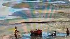 Pessoas são resgatadas na areia de Balneário Camboriú