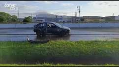 Motorista abandona carro capotado em Cascavel