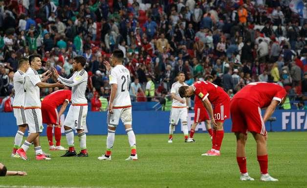México vira, elimina a Rússia e garante vaga na semifinal