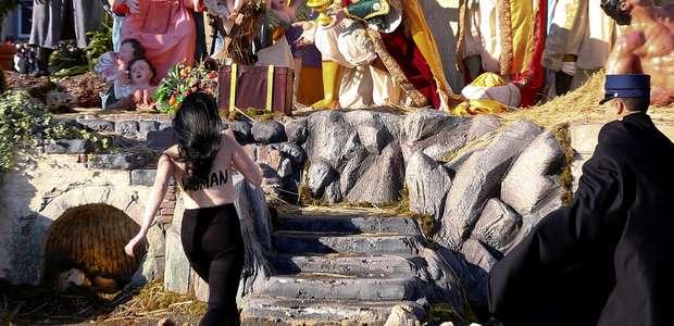 Resultado de imagem para Ativista de topless tenta arrancar estátua de Jesus de berço no Vaticano