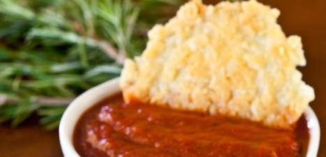 Entradinha de Parmesão com molho de tomate e ervas