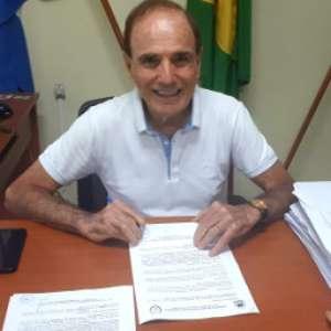 Prefeito em MG renuncia após decreto para reabrir comércio