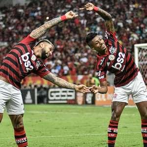 Flamengo bate o Flu em clássico e segue isolado na liderança