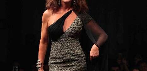 Aos 52, Luiza Brunet desfila em premiação com superdecote